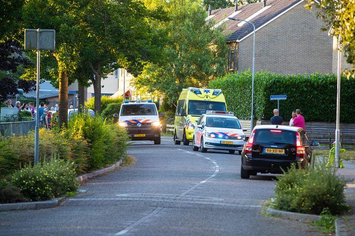 Politie en ambulance in het buurtje in Wapenveld waar zich dinsdag een 'steekincident met hooivork' voordeed. Volgens de politie de climax in een langlopend conflict.