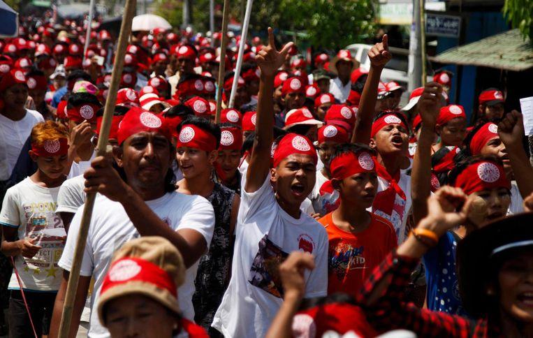 Mensen demonstreren tegen het plan van de regering om burgerschap te verlenen aan sommige Rohingya. Beeld epa