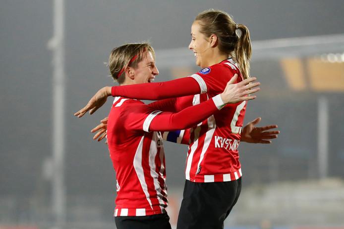 Anna Björk Kristjánsdóttir (r) viert haar goal voor PSV met Aline Zeler.