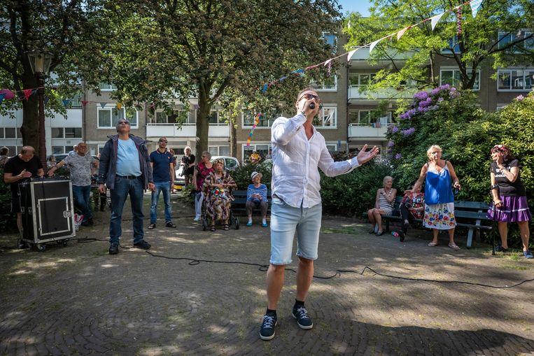 Dankzij zanger Gerry Holland werd het toch nog een feest in het seniorencomplex. Beeld Dingena Mol