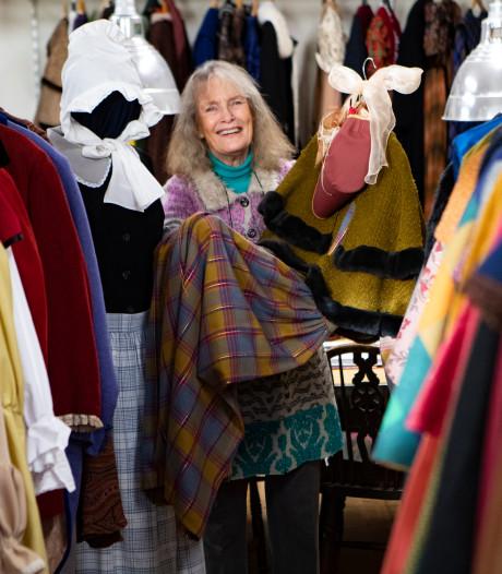 Emmy Strik kleedt honderden figuranten van Dickens Festival in Deventer