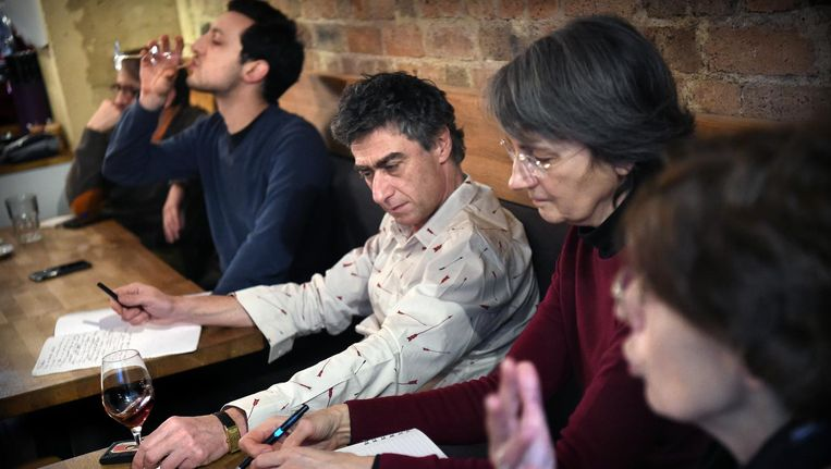 Aanhangers van Macron in een café in Parijs. Beeld Marcel van den Bergh/de Volkskrant