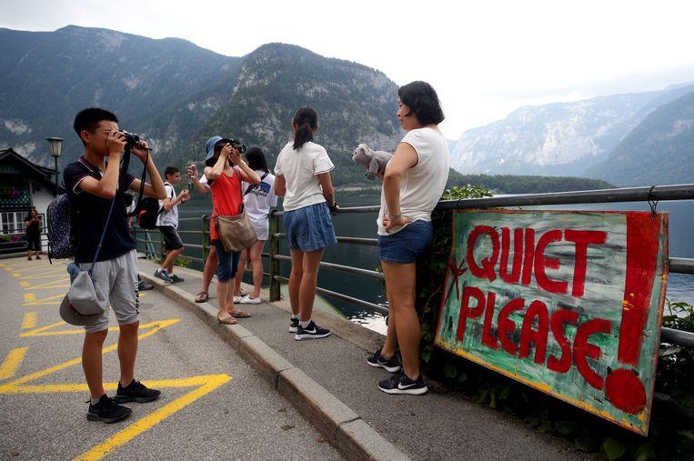 Terwijl duizenden toeristen Hallstatt overspoelen, vragen de inwoners met duidelijke boodschappen om rust.