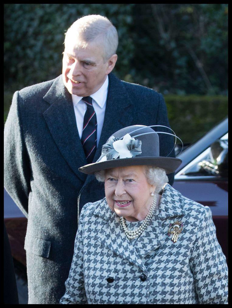 Ondanks de schandalen blijft de Queen achter haar lievelingszoon staan
