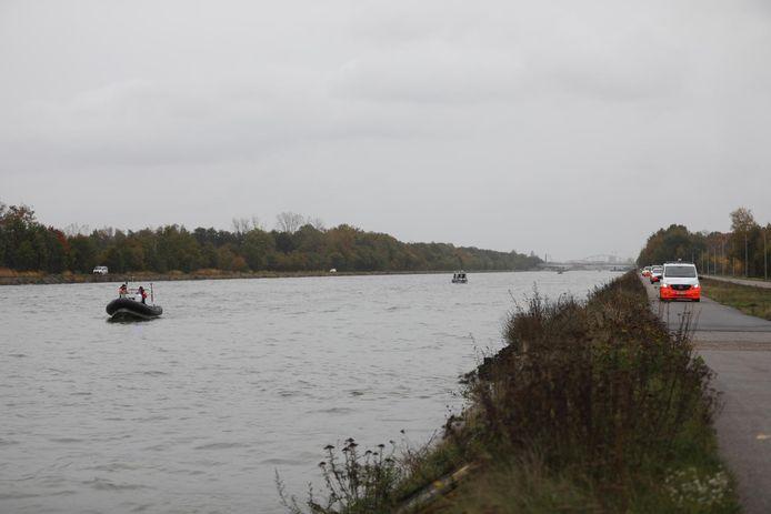 De zoekactie aan het kanaal in Stokrooie.