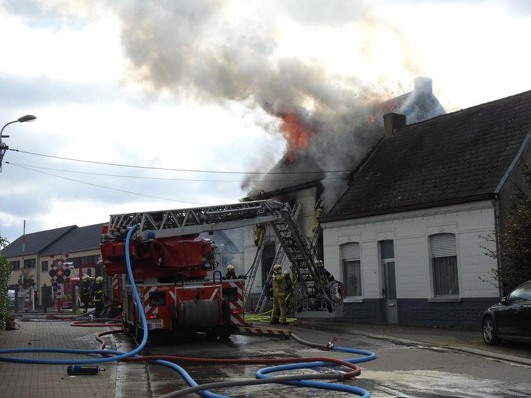 Nog voor de brandweer kon beginnen blussen, sloegen de vlammen al door het dak.
