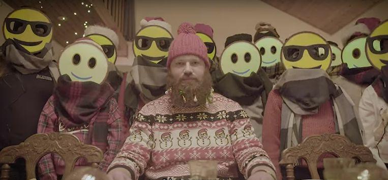 Pastoor-rapper Matthias Noë in kerst-modus en enkele smiley-vrienden.