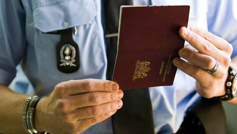 Paspoortcontrole op Schiphol door de marechaussee. Beeld null