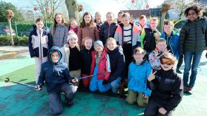 In skikledij naar school omdat sneeuwklassen afgelast worden door coronavirus