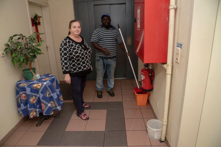 Rostita De Visschere en haar buurman moeten dagelijks meermaals dweilen in de gangen.