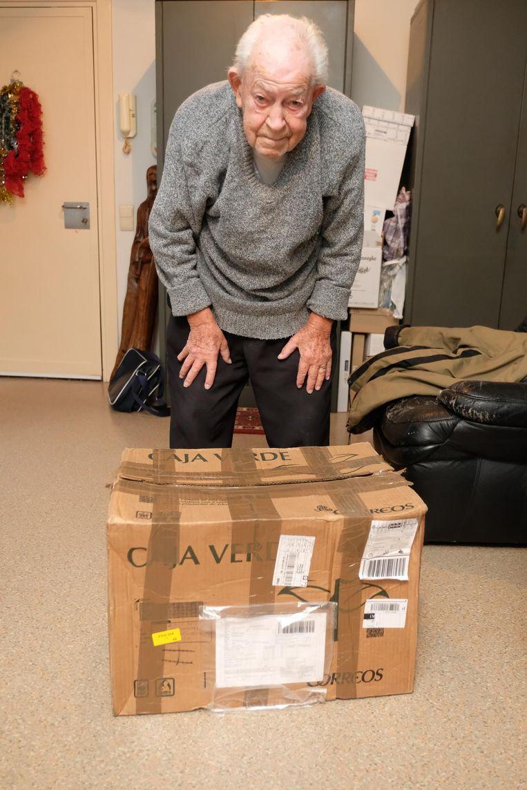 Arthur Galle met een pakket zoals hetgene dat verloren geraakte.