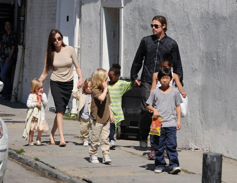 Brad Pitt en Angelina Jolie met hun voltallige kroost in New Orleans.