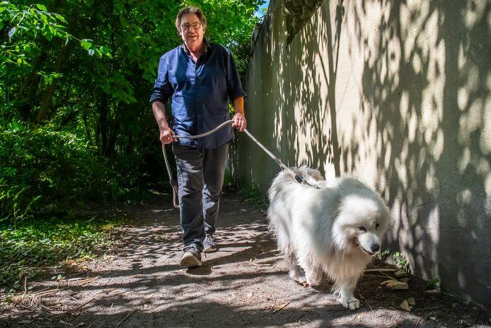 Henk Westbroek met zijn hond Jojo (3) om de hoek bij zijn huis in Rijnsweerd.