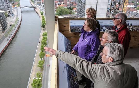 Chris Vantongel en Robert Verhaest (vooraan) turen vanop de 17de verdieping naar Kortrijk.