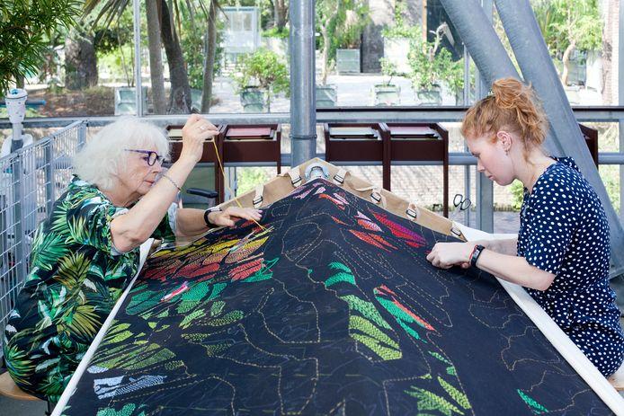 Een bos van draad is een kunstproject van Sara Vrugt. In de Museumfabriek heeft zij een atelier en iedereen mag meeborduren.