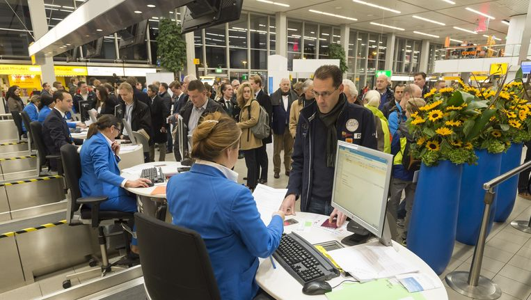Incheckbalies van KLM op Schiphol. Grondpersoneel zou tot 2018 geen salarisverhoging krijgen, volgens de cao-voorstellen van de maatschappij Beeld anp