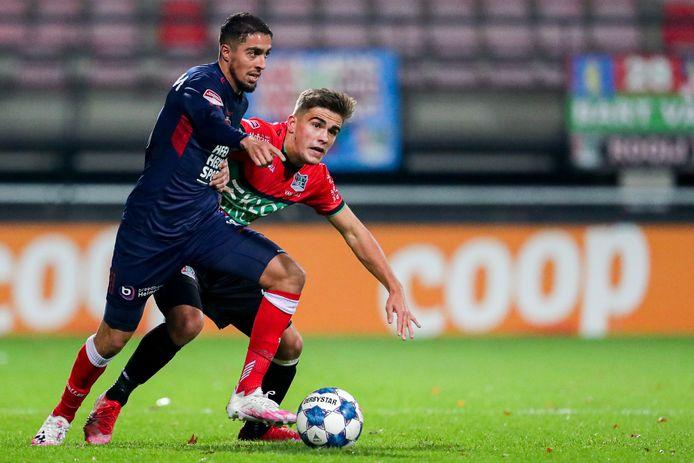 Bart van Rooij namens NEC in duel met Karim Loukili van Helmond Sport.