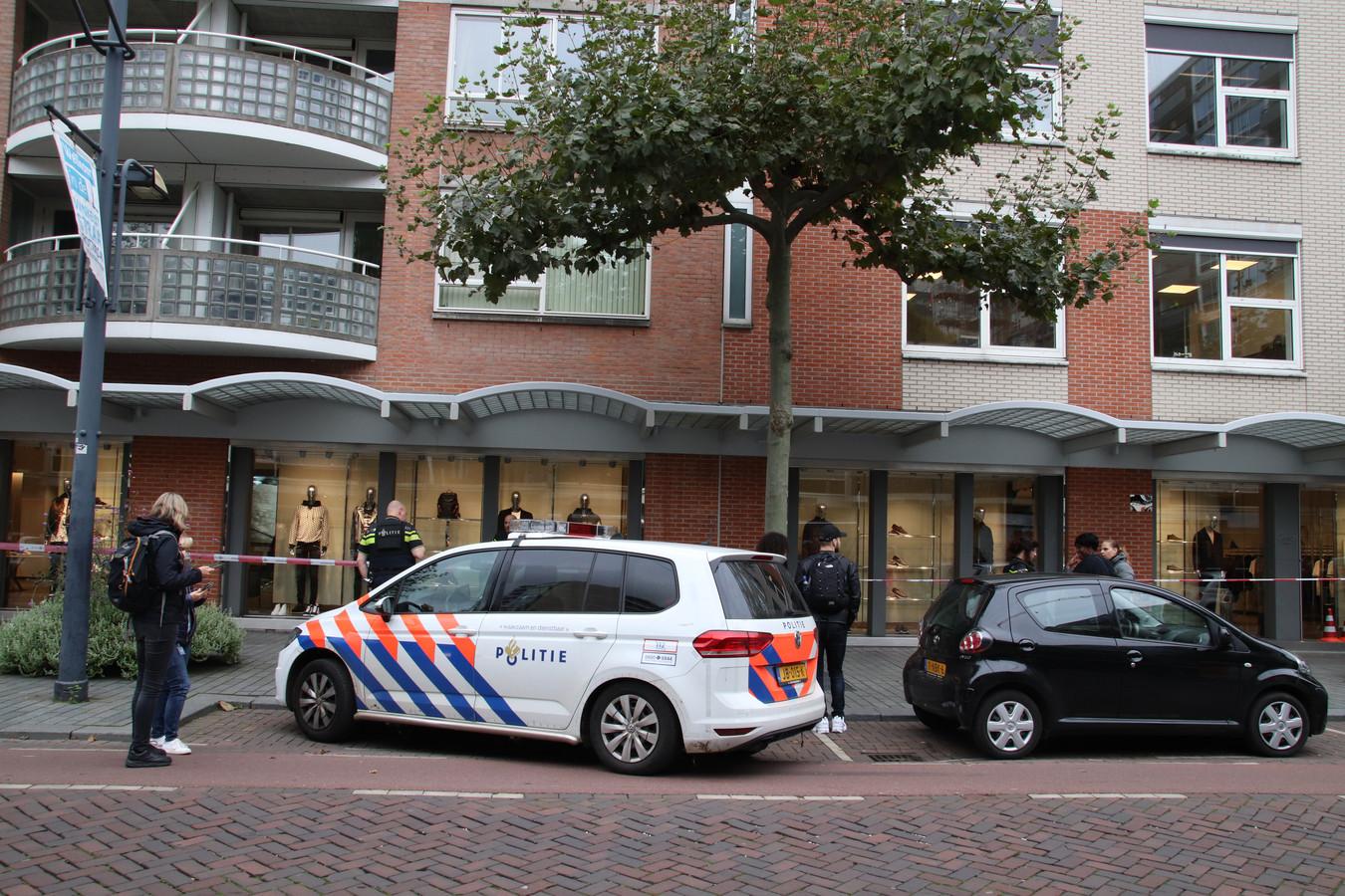 De politie doet onderzoek in de Karel Doormanstraat.