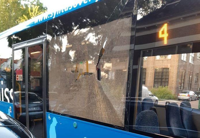 Aan de Diepenveenseweg in Deventer vloog ineens een steen door de ruit van een bus.