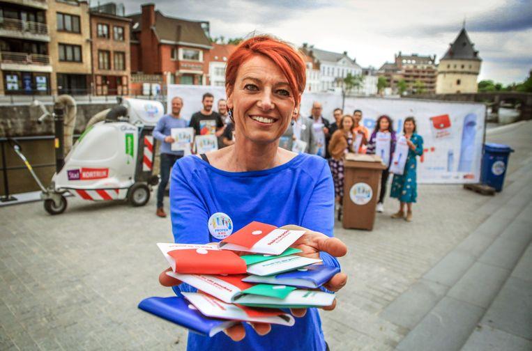 Er worden op Sinksen 5.000 gratis peukenetuis uitgedeeld. Schepen Ruth Vandenberghe helpt mee uitdelen.