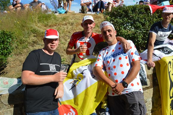 Tour de France in Geraardsbergen - Stijn Ackou (rechts op de foto) en Kevin Van Wayenberge stonden al van 4.30 uur als eersten op de Muur.