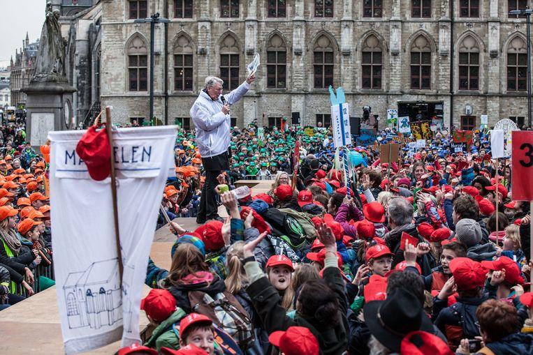 Bisschop Luc Van Looy spreekt de kinderen toe.