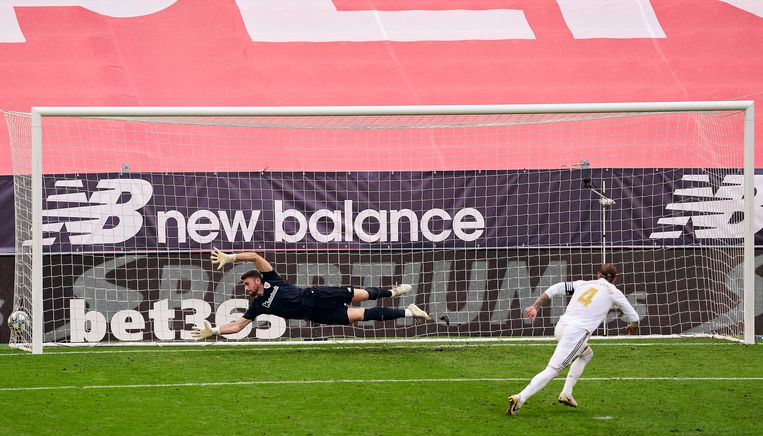 Sergio Ramos (r) is matchwinnaar voor Real in Bilbao.  Beeld Getty