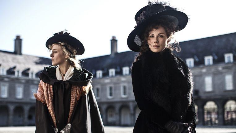 Kate Beckingsale (r) en Chloë Sevigny in Love & Friendship. Beeld Churchill Productions Limited