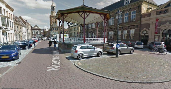Vergunninghouders mogen tijdelijk parkeren op de Nieuwe Markt in Kampen, die voor de coronatijd alleen bestemd was voor betaald parkeren.
