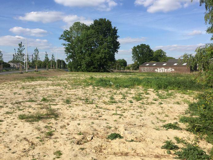 Op dit terrein tegen de Koningsoordlaan (links) aan gaat Tiwos 25 huurwoningen bouwen