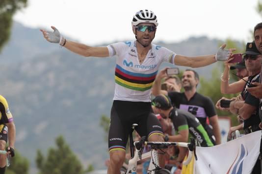 Alejandro Valverde viert zijn zege op Mas de la Costa.