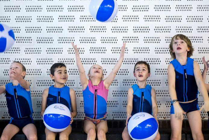 Foto ter illustratie: Tijdens het veertigjarig bestaan van het Zevenaarse Lentebad, zes jaar geleden, kregen kinderen tijdens de zwemles een strandbal cadeau.