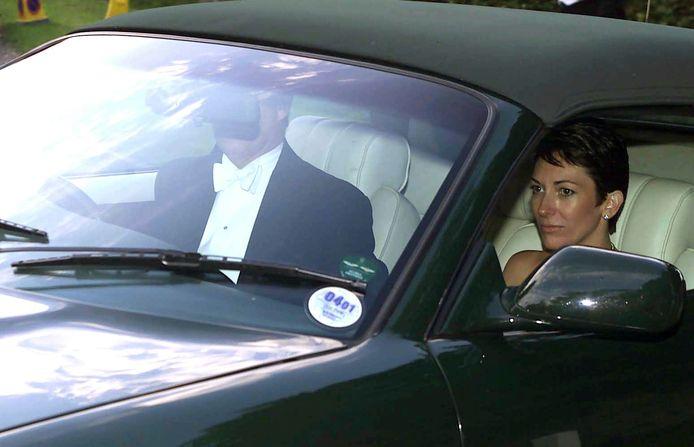 Prins Andrew rijdt met Ghislaine Maxwell weg na de huwelijksplechtigheid van zijn voormalige vriendin Aurelia Cecil in Chamberlayne bij Salisbury, in september 2000.