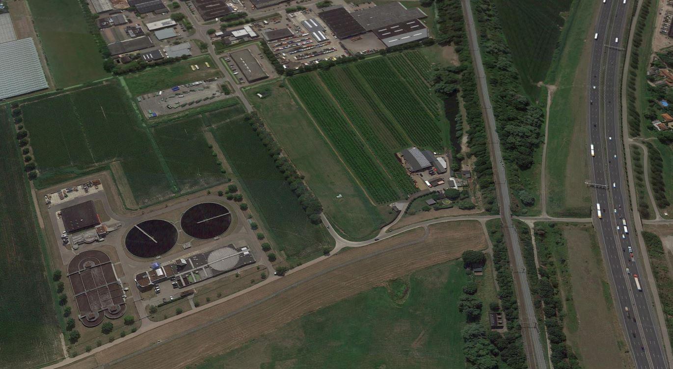 De rioolwaterzuivering bij Zaltbommel met daarachter de milieustraat van de Avri. Daarnaast ligt de beoogde nieuwe plek voor Guliker's.