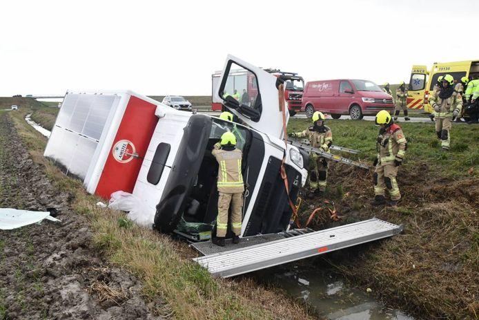 Hulpdiensten hadden hun handen vol aan het ongeluk met de vrachtauto.