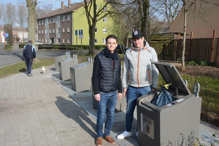 Filip Kegels met buurtbewoner Jonathan Bosman aan de sorteerstraat.