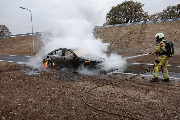 De auto vloog in brand door kortsluiting.