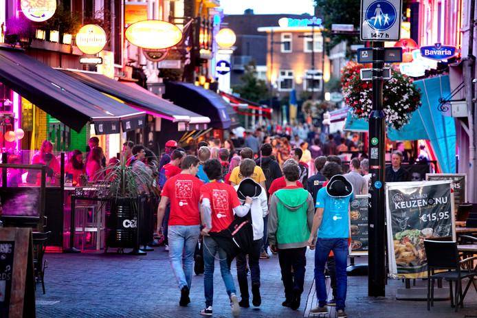 Studenten op stap op het Stratumseind in Eindhoven tijdens de introductieweek.