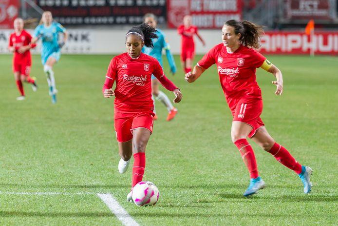 Renate Jansen (rechts) heeft haar contract bij FC Twente verlengd.