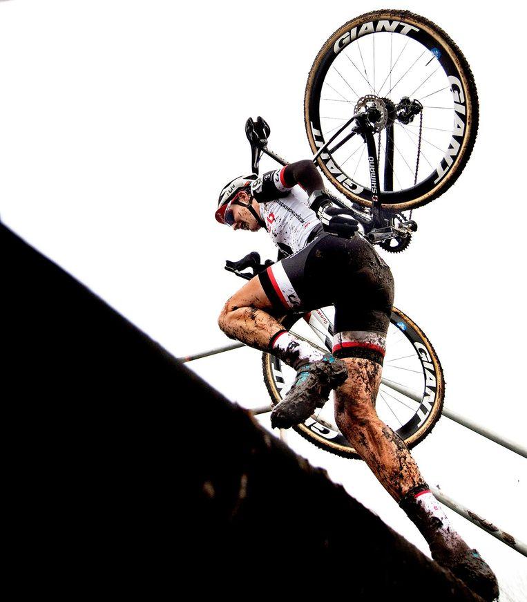 Lucinda Brand, de nieuwe nederlands kampioen veldrijden klimt op de brug naar boven. Beeld Klaas Jan van der Weij