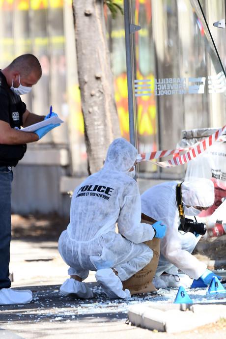 Automobilist rijdt in op bushokjes in Marseille, zeker 1 dode
