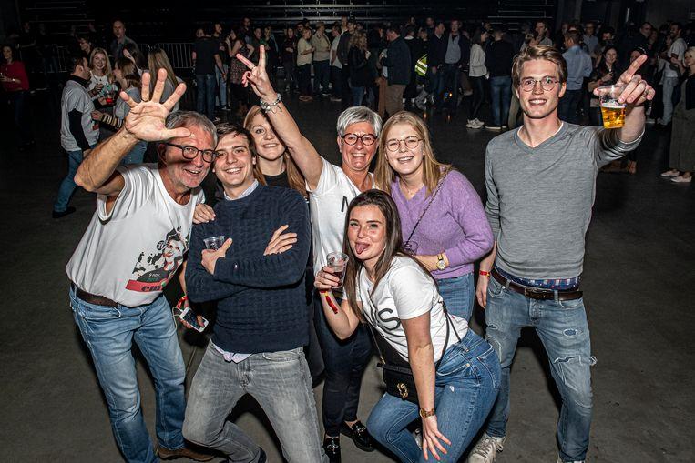 Philippe Missiaen (links) en Mieke Vanlerberghe (midden) eerden hun dochter Emma met een straffe fuif voor haar 21se verjaardag.