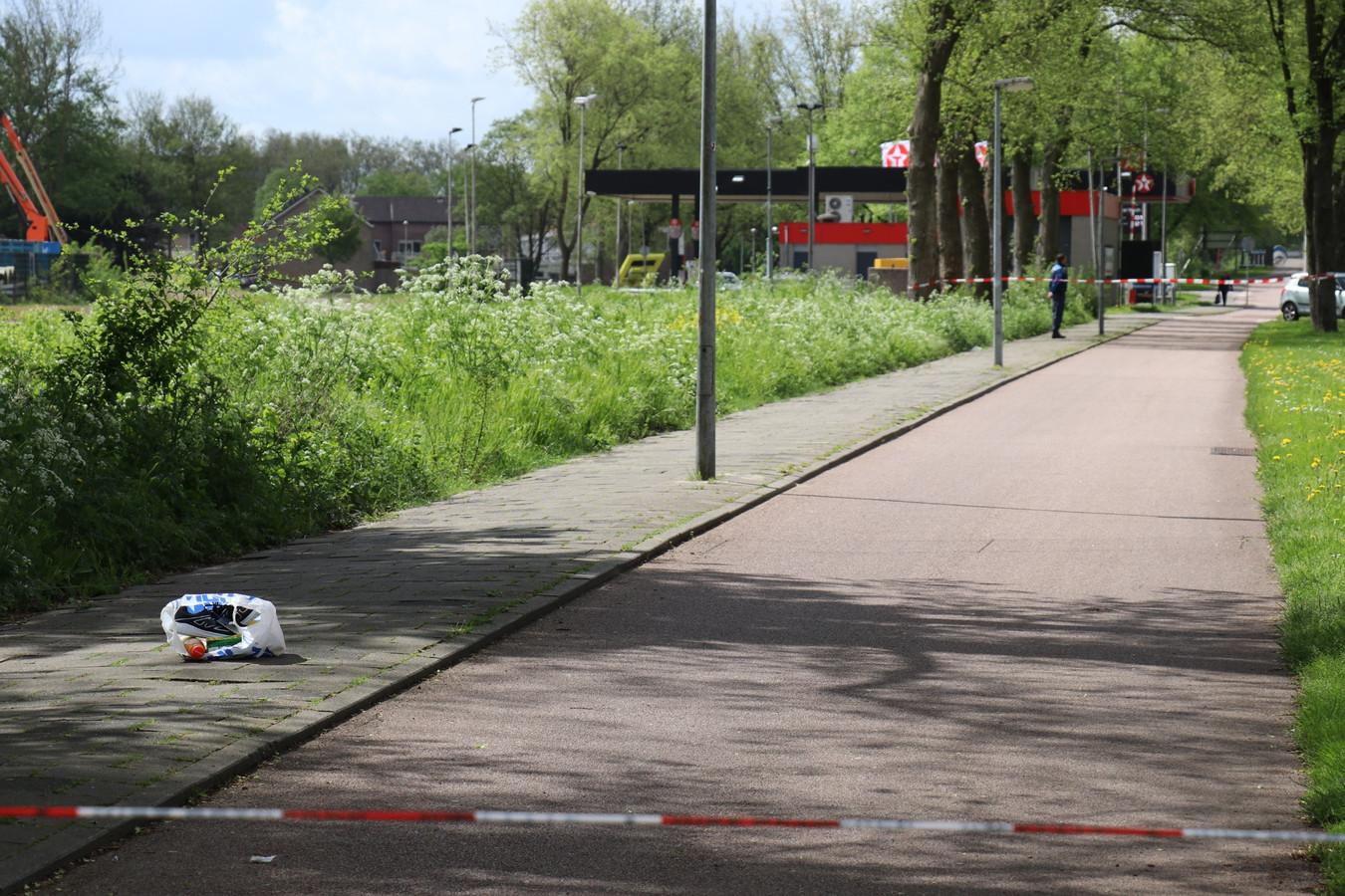 Een deel van het fietspad is afgezet. Op het pad ligt een plastic tasje met sportschoenen.