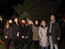 Lampjes branden in herinneringsboom van Osse Mama's met een Missie