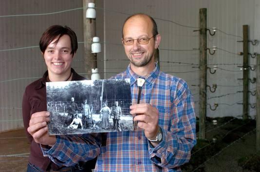 Onder andere bij Baarle-Nassau hebben heemkundigen een deel van de Dodendraad gereconstrueerd. Op de foto Gitte Tilburg en Herman Janssen.