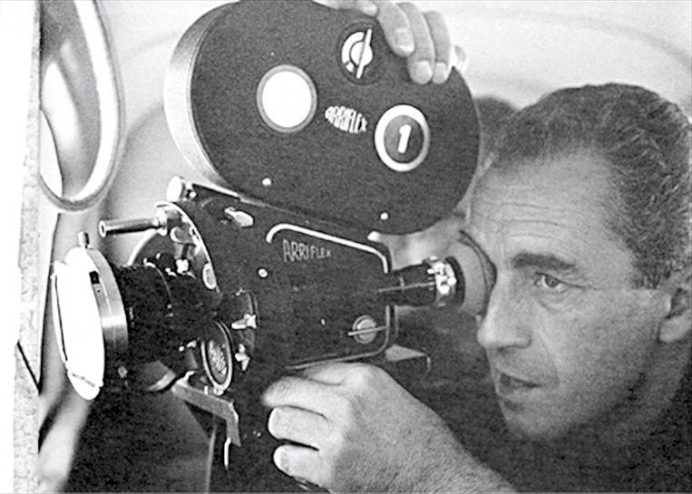De Italiaanse regisseur Michelangelo Antonioni aan het werk. Beeld EPA