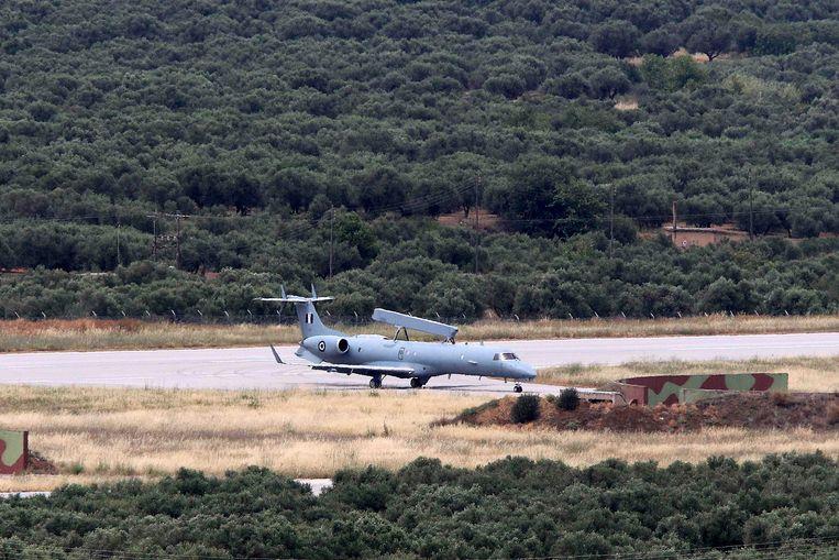 Een Grieks legervliegtuig keert terug na een verkenningsvlucht boven de Middellandse Zee.