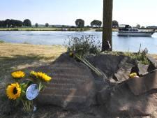 MH17: bloemen bij monument in Cuijk