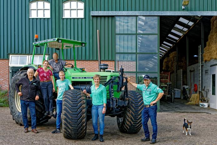 Erik en Lisette van Oosterhout (rechts op de foto) bij hun bedrijf in Made. Naast Lisette, van rechts naar links, zoon Nick, Eriks vader Henk, medewerkster Iris Gijsen en Gerard Bayens. Die laatste is eigenaar van Bayens  Mechanisatie in Oosterhout dat zich richt op mechanisatie in de landbouw. Bayens toont zich solidair met de boerenfamilie Van Oosterhout en gaat op 1 oktober ook naar de demonstratie in Den Haag.