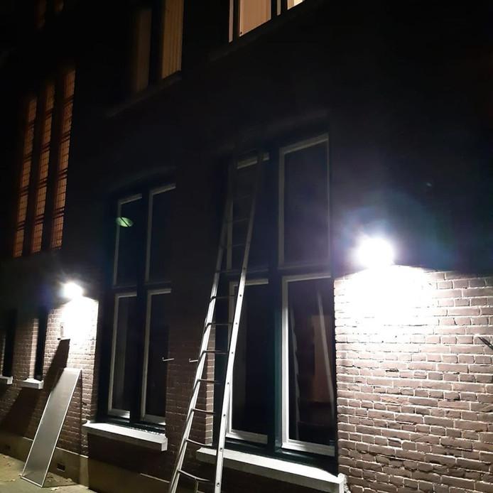 De ladder stond er nog toen de politie bij het gebouw kwam